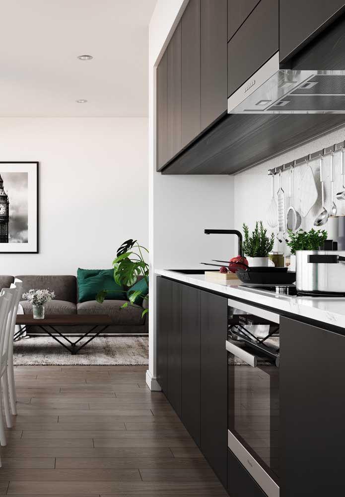 Cozinha corredor moderna: tons neutros claros e escuros compartilhando o mesmo espaço com toda harmonia