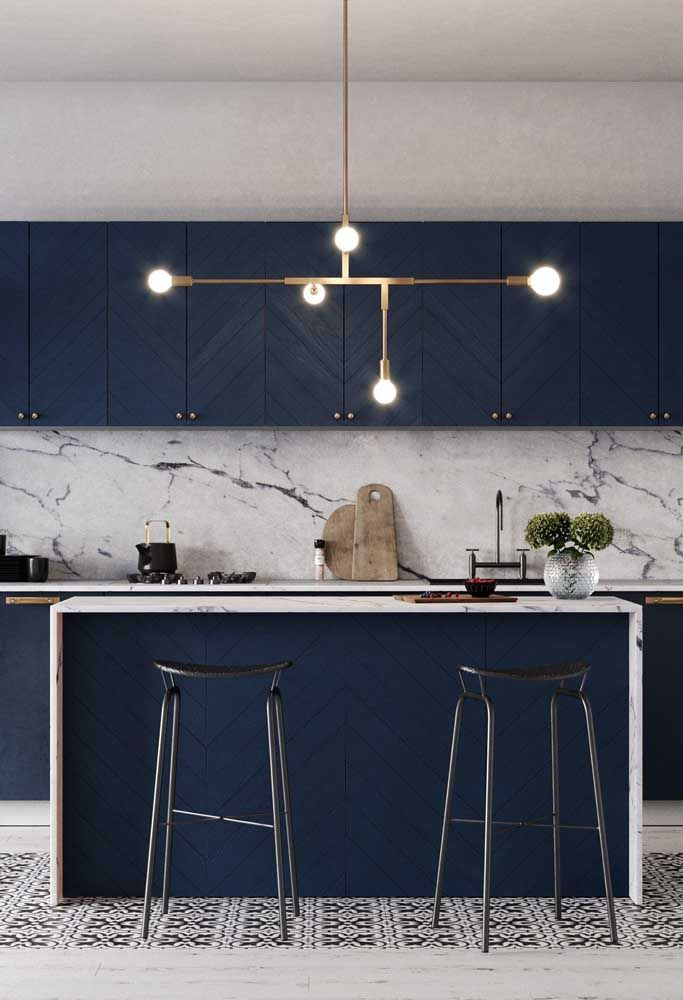 Aposte em uma luminária de presença para completar a decoração da cozinha moderna