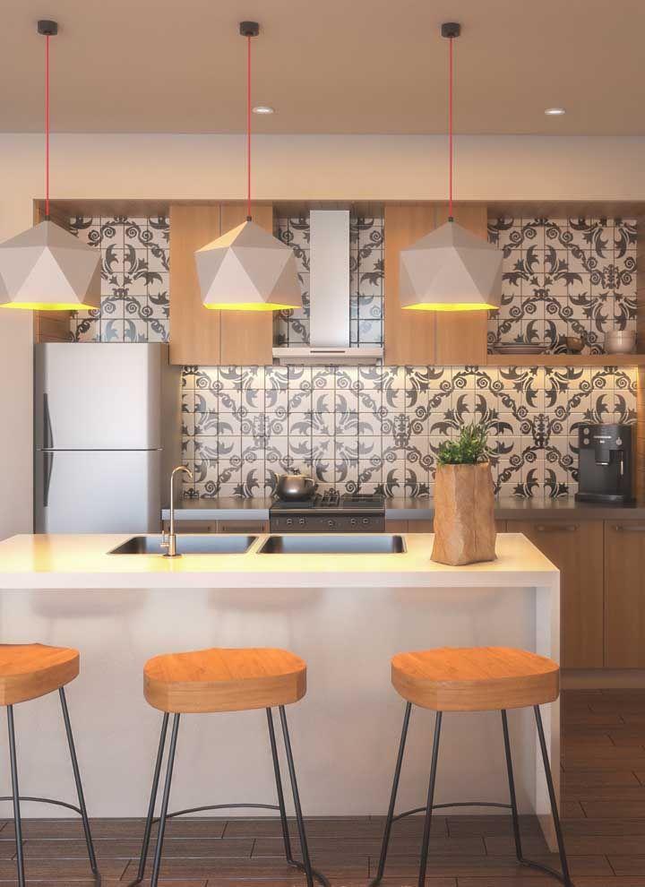 Aqui nessa cozinha é a parede revestida com azulejos que se destaca