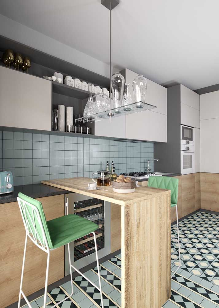 Formas criativas, como o da luminária da imagem, também são uma forma de decorar a cozinha moderna