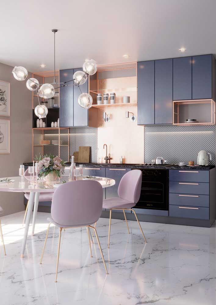 Quer adicionar um pouco de romance à cozinha moderna? Então use elementos dourados ou rosé gold combinados a tons pastéis