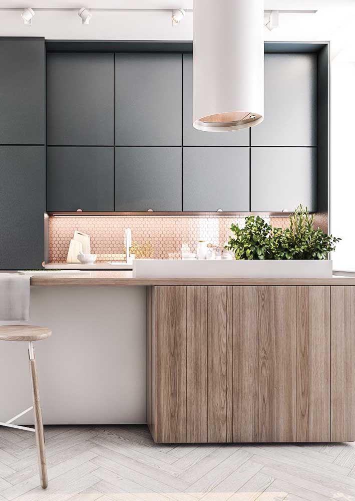 Essa cozinha foi valorizada pelo uso da iluminação indireta, apesar de contar com uma boa dose de luz natural
