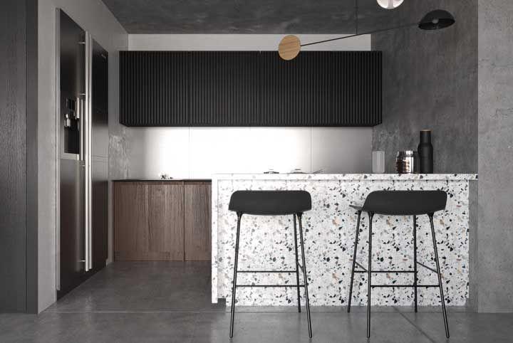 O tom rosé do armário quebra a brancura da cozinha moderna