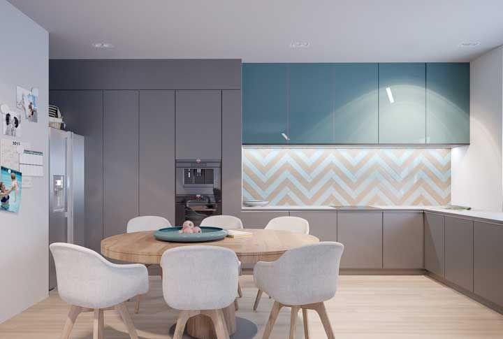 Tons de azul garantem um clima agradável e aconchegante a cozinha moderna, mas sem perder a característica da neutralidade