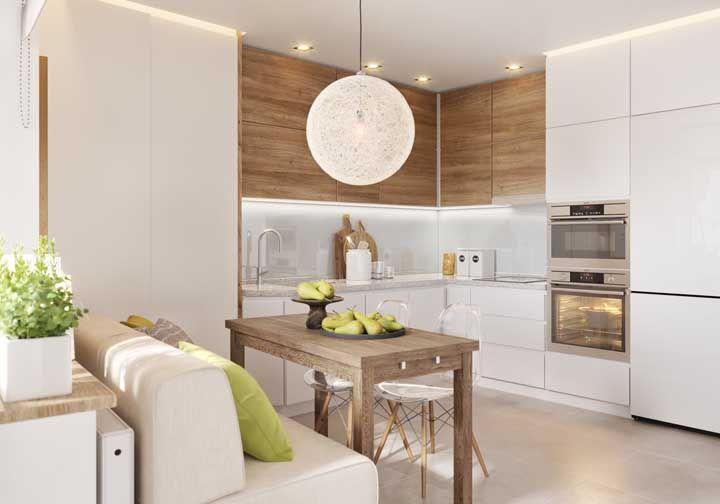 A combinação entre madeira e branco é ideal para criar uma cozinha moderna, mas aconchegante e acolhedora