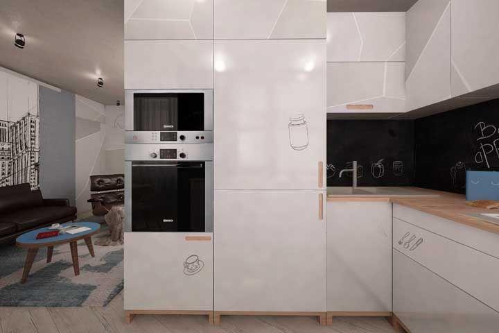 O adesivo lousa deixa essa cozinha moderna mais jovial e descontraída