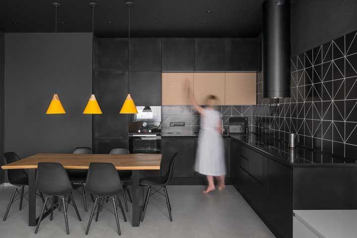 E que tal uma cozinha moderna e toda preta? Incrivelmente linda não é mesmo?