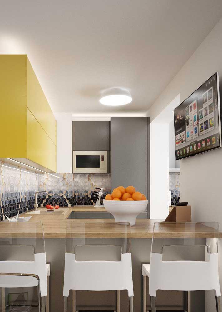 Cozinha moderna cinza: o revestimento de mármore na parede dá o toque de sofisticação ao ambiente