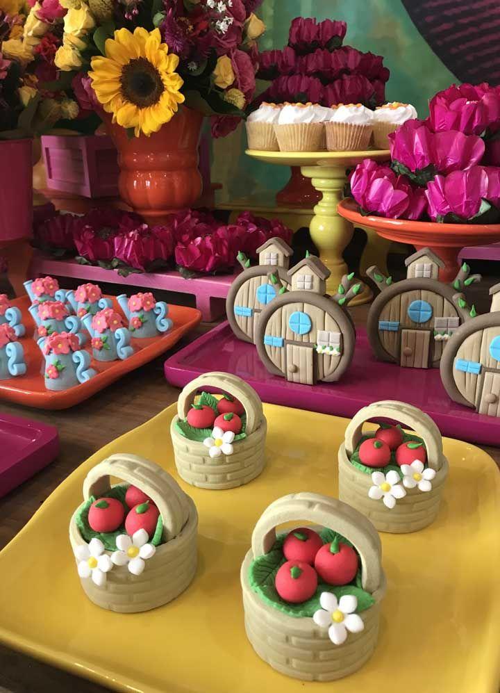 Personalizar os doces com os itens do desenho. Aproveite para usar pasta americana para modelar