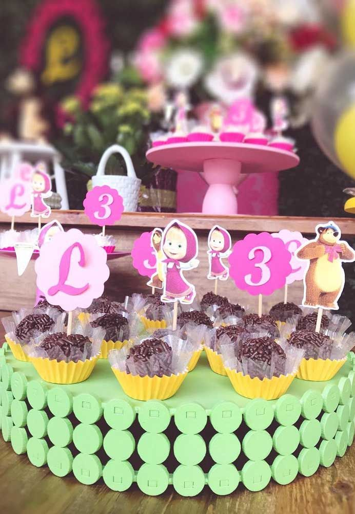 Decore a bandeja de doces com as iniciais, a idade e o personagem da Masha