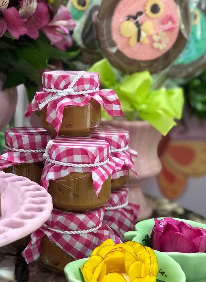 Os potes de doces caseiros podem ser colocados dentro de uma vasilha de vidro. Para fechar, coloque tecido quadriculado e amarre com um fio para dar aquela impressão de algo bem caseiro.