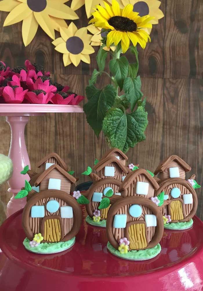 Modele alguns doces no formato de casinha