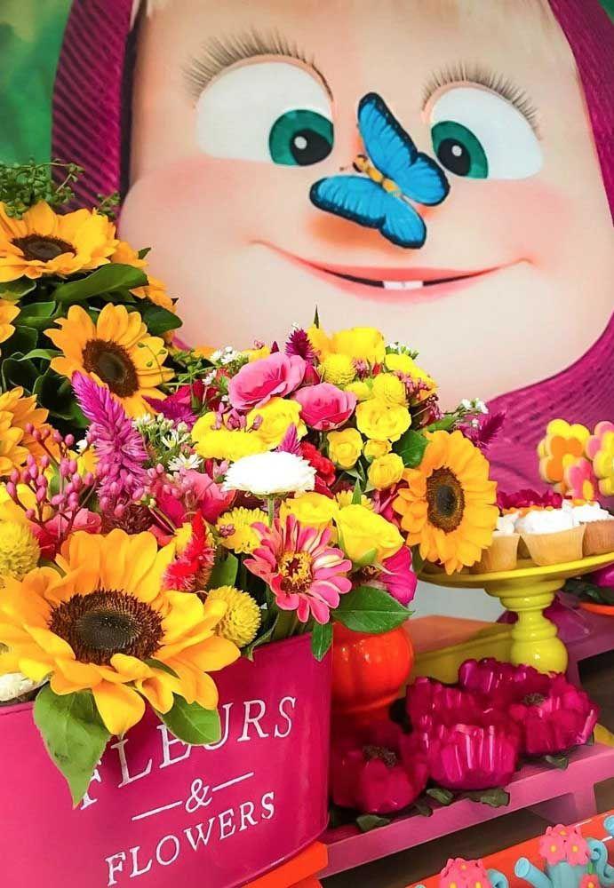 Prepare lindos arranjos de flores de vários tipos para colocar na mesa central