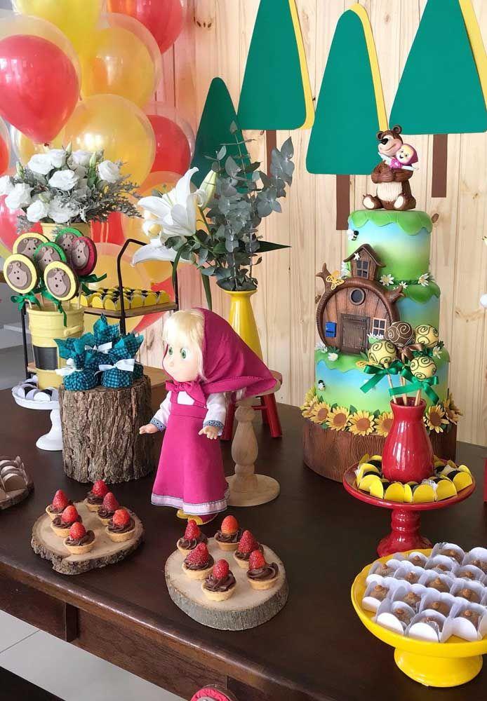 Prepare um bolo fake para colocar em cima da mesa principal da festa para combinar com a decoração da festa