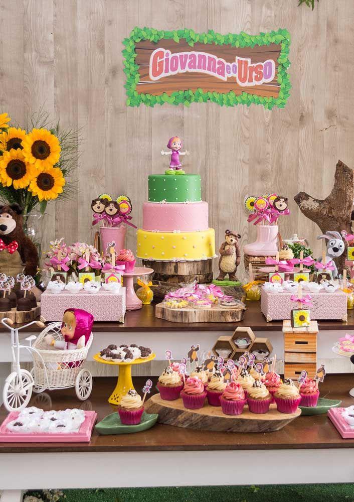 Faça um bolo de três cores e acrescente alguns elementos da floresta na decoração da mesa
