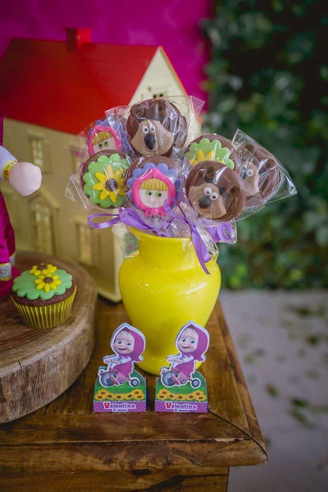 Prepare alguns pirulitos de chocolate personalizados para distribuir para a criançada