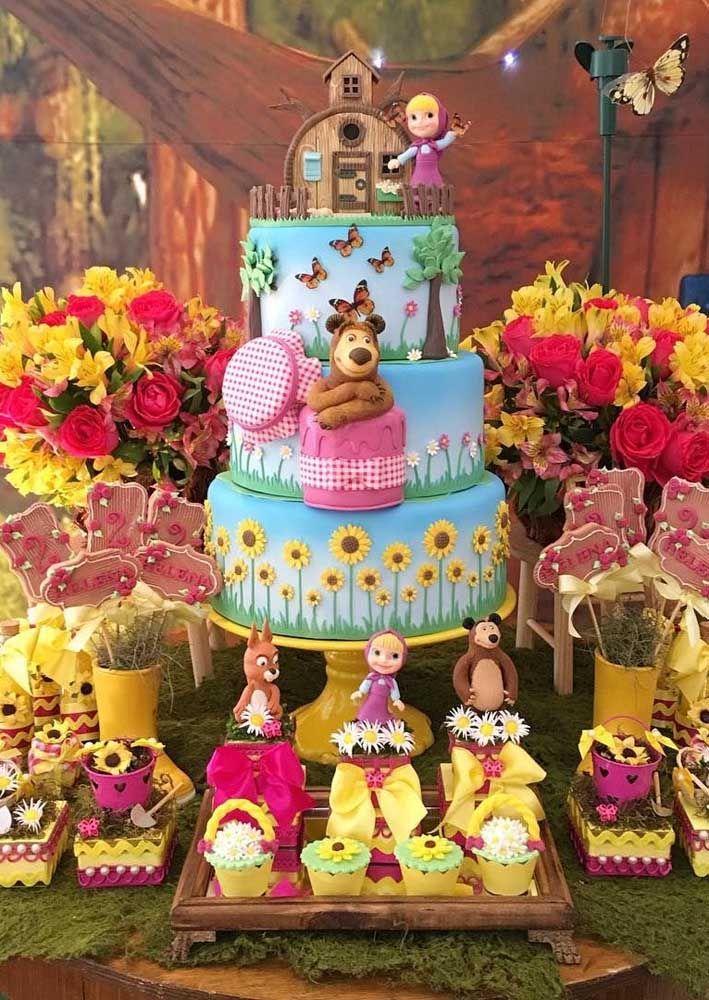 O bolo de aniversário faz toda a diferença na mesa principal. Olha como ficou lindo esse resultado