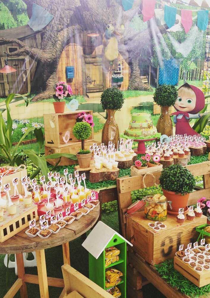 Com um lindo painel e acrescentando alguns itens de madeira, como mesa e caixotes, você consegue fazer uma decoração surpreendente