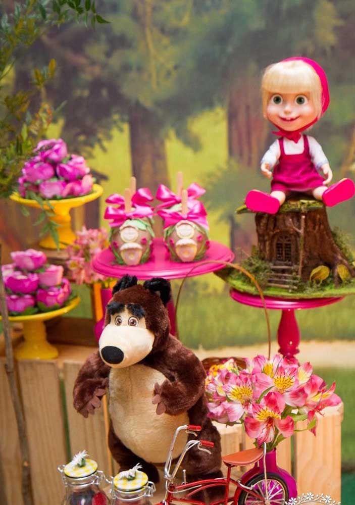 Os bonecos da Masha e o Urso ficam perfeitos na mesa principal