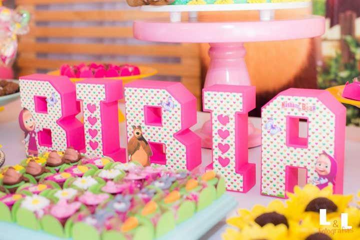 O nome do aniversariante também precisa ser personalizado com o tema da festa