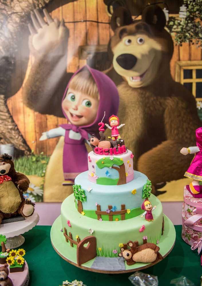 O bolo com o tema Masha e o Urso precisa ser enfeitado com os personagens do desenho