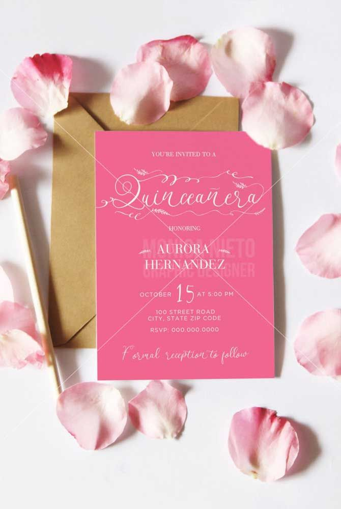 A clássico cor das debutantes no convite; o papel pardo faz a vez de envelope e armazena pétalas de rosa que vão junto do convite