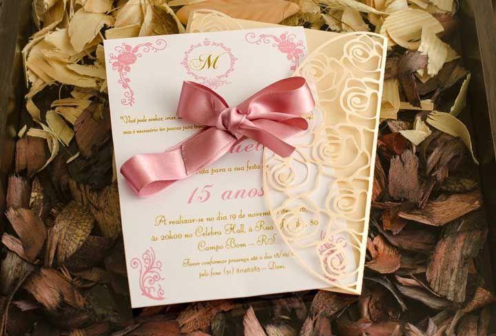 Um envelope vazado é diferente e deixa a apresentação do convite criativa
