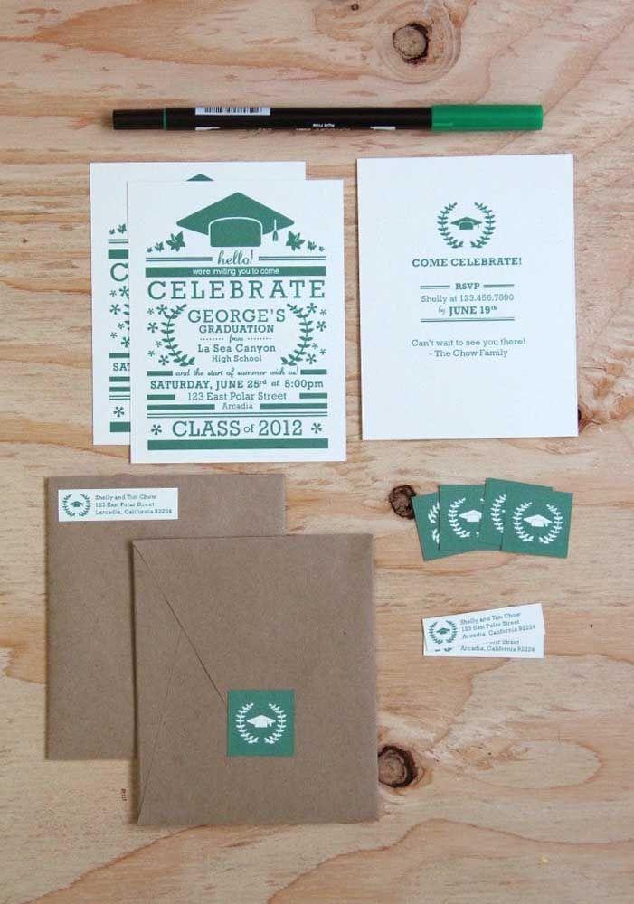 Convite de formatura simples com envelope em papel pardo e convites individuais