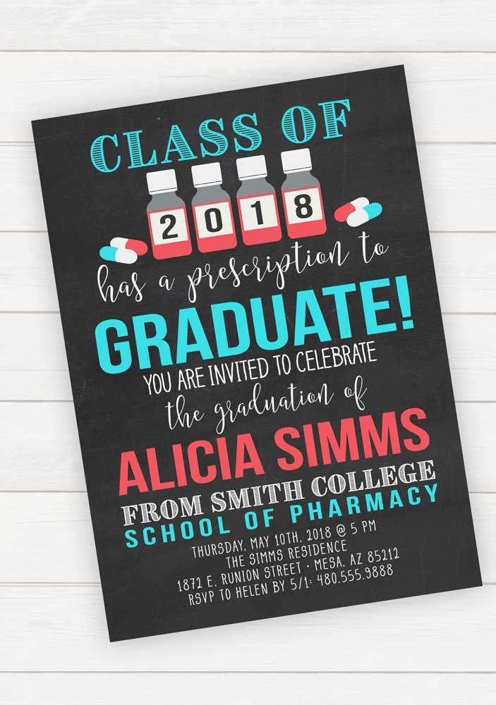 O fundo preto destaca as letras azuis e vermelhas do convite de formatura