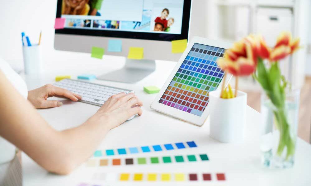 Designer de interiores no trabalho