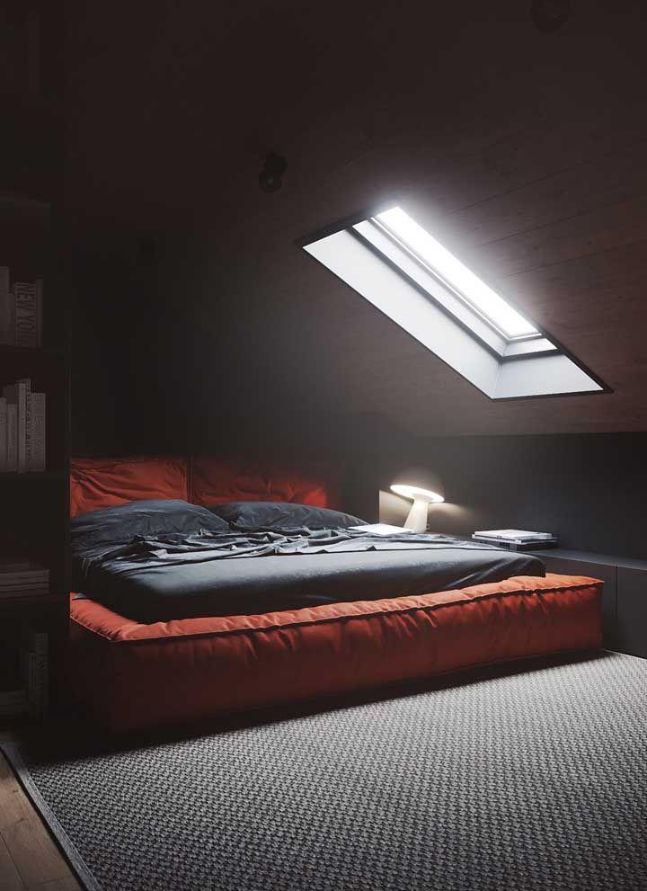 A luz natural que entra pela janela completa a proposta de decoração desse quarto vermelho e preto