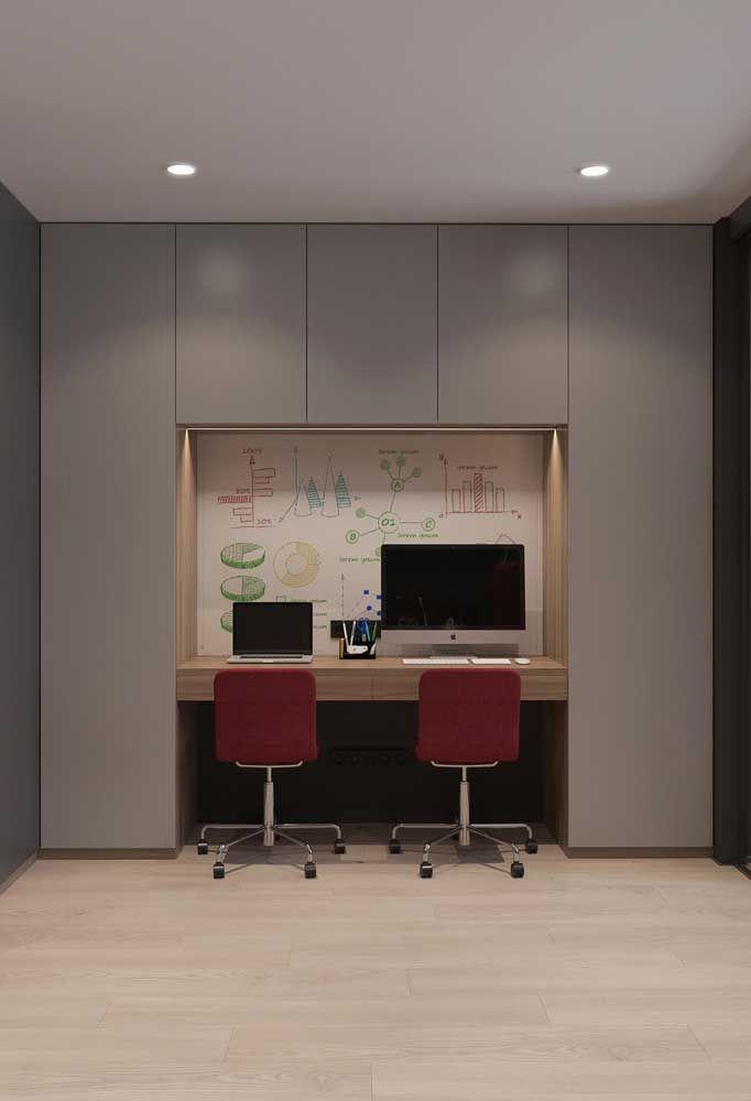 No home office, o vermelho aparece de modo sóbrio e discreto