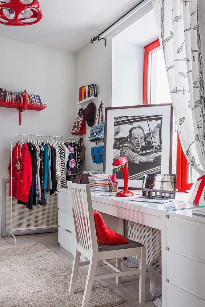 No quarto, o vermelho é usado para quebrar a brancura das paredes e móveis