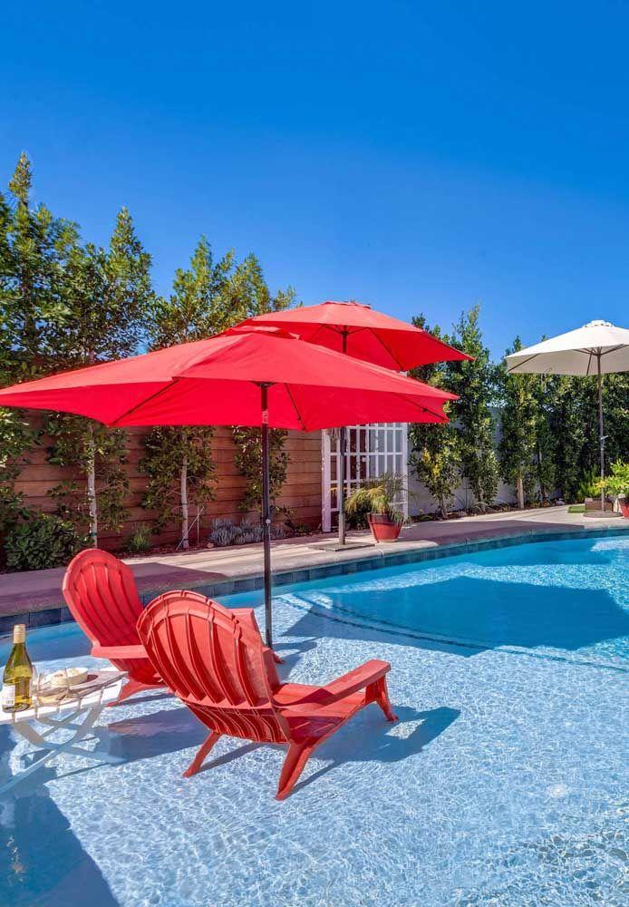 Na beira da piscina, a cor é um convite para um dia de sol e diversão