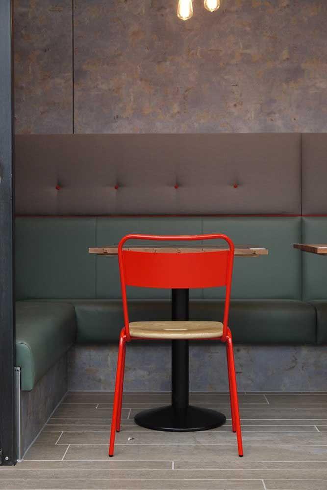 Haja estilo! A cadeira vermelha sabe por que veio e fala diretamente com os botões do estofado