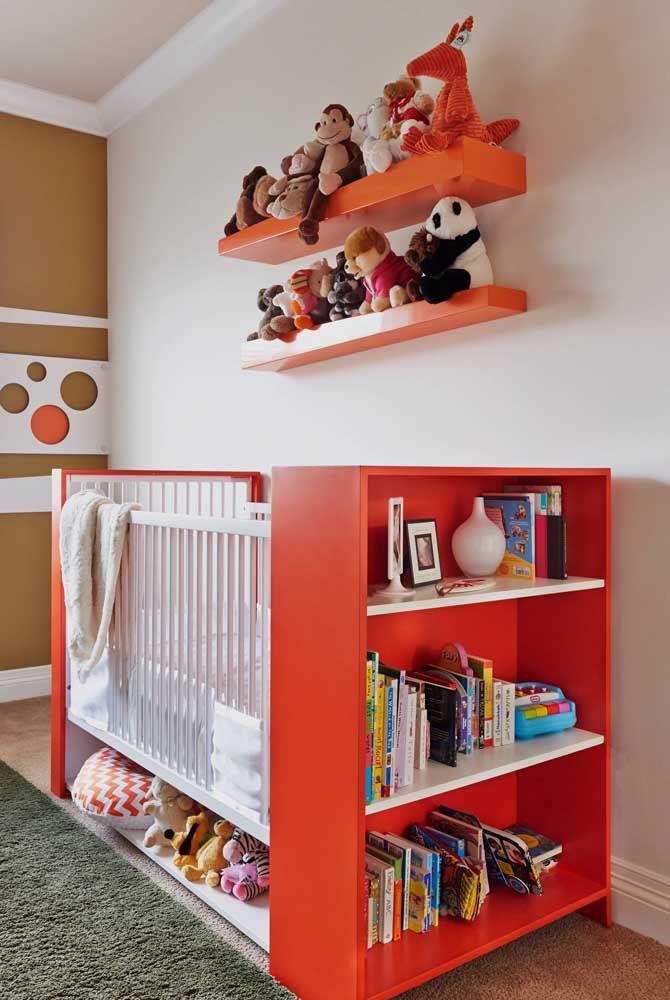 Quem disse que não dá para usar vermelho no quarto do bebê? Só não exagere na dose e neutralize a cor usando um tom neutro como o branco
