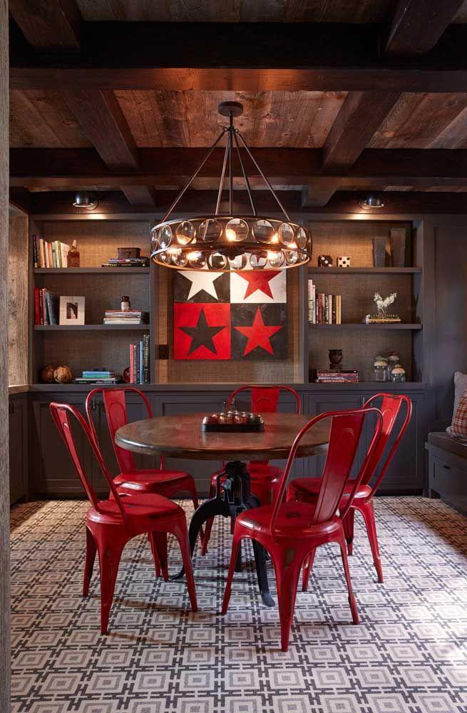 Sala de jantar com cara de pub; o vermelho ajuda a conseguir esse efeito
