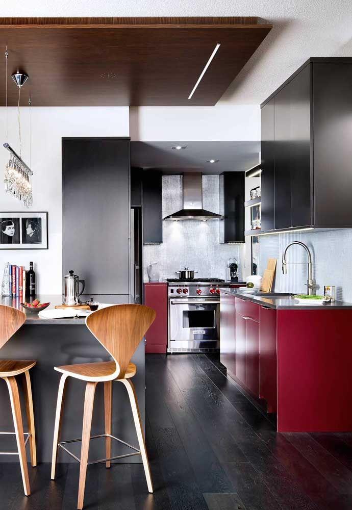 Elegância e refinamento na decoração usando vermelho, preto e madeira