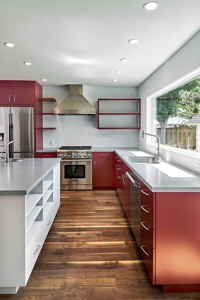 O vermelho ficou tão natural nessa cozinha que nem parece que ele está por todos os lados
