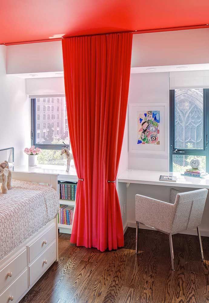 Teto e cortinas vermelhas
