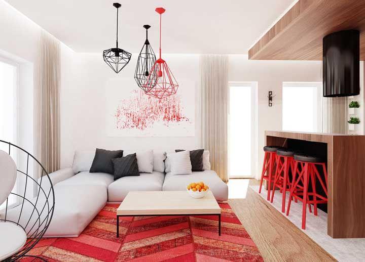 Um tapete vermelho como esse e a decoração da sala já está resolvida