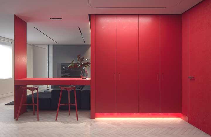 E logo na recepção, um armário vermelho gigante