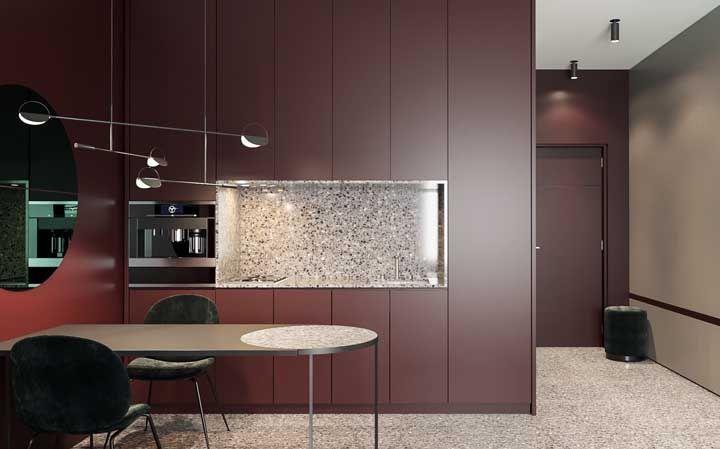 Pura elegância essa cozinha de armários vermelhos, cor de vinho