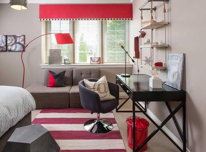 O quarto moderno soube muito bem como tirar proveito da cor vermelha
