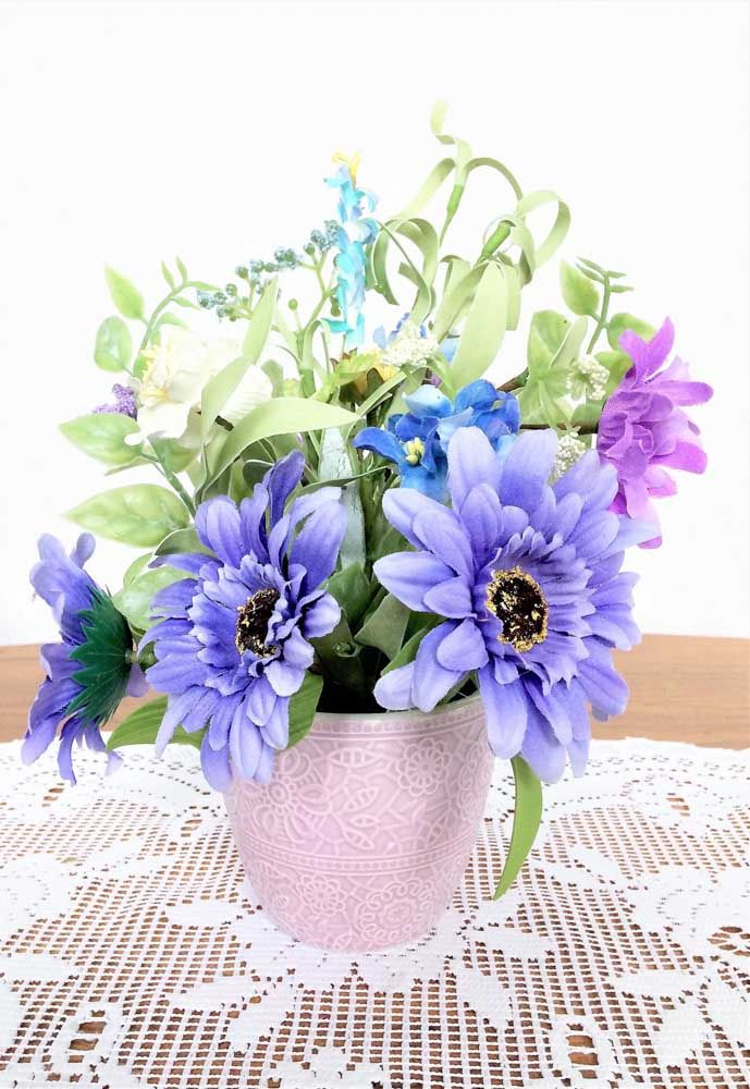 Arranjo de flores artificiais rústico, em garrafas de vidro, com espécies diversas