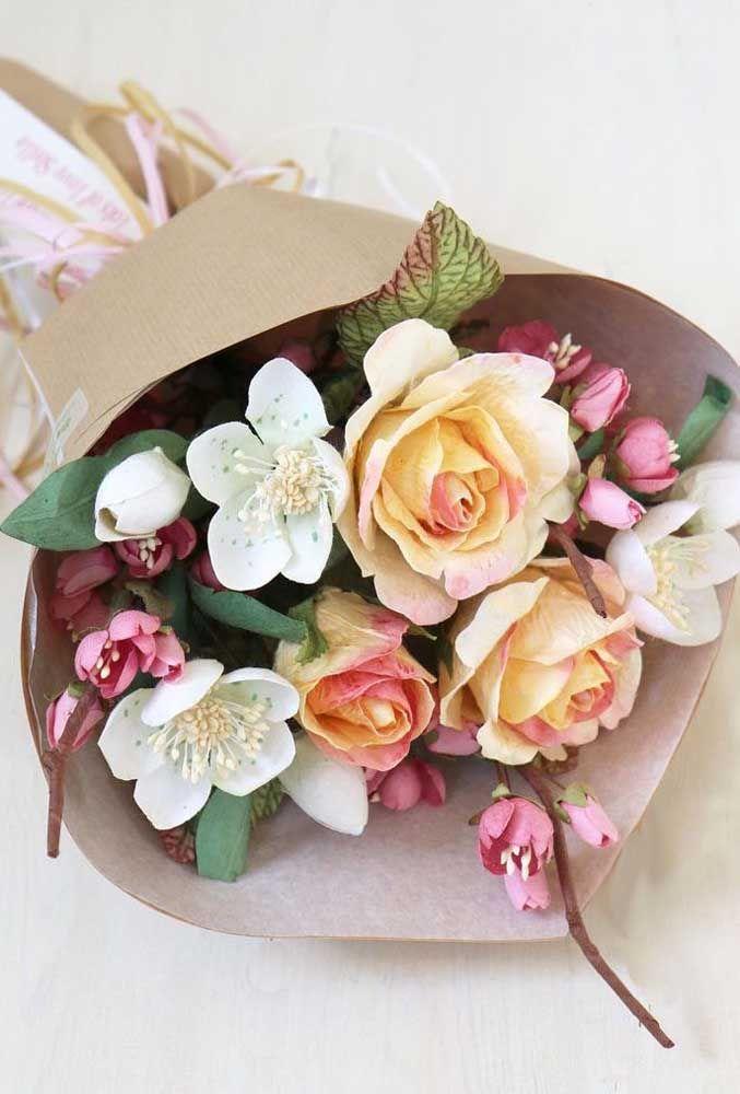 Arranjo de flores artificiais em azul, verde e branco; suavidade para a sala de estar ou para o quarto do casal