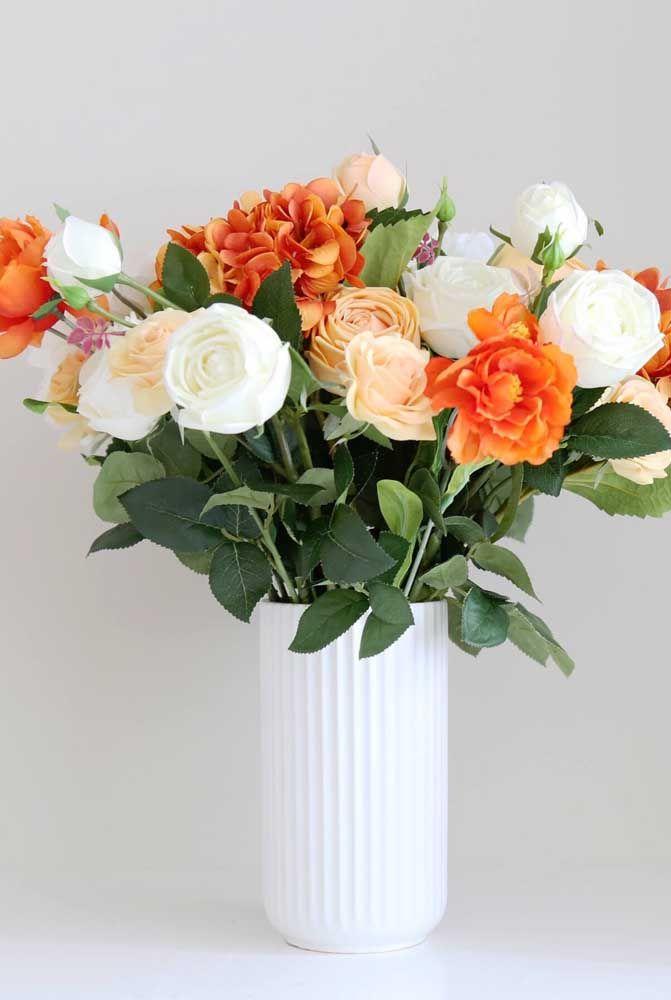 Arranjo no estilo natalino com flores e folhas artificiais; fica a dica para criar arranjos especiais nas datas comemorativas