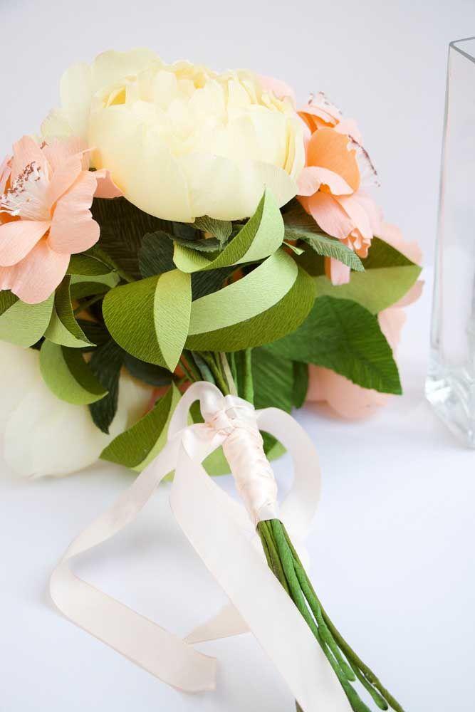 Vasos altos também ajudam a dar movimento na decoração do ambiente; flores artificiais com talos mais compridos ficam lindos