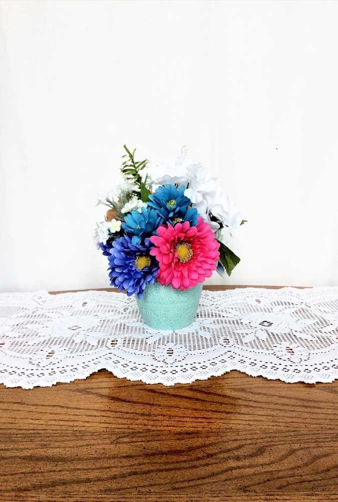 Decorações provençais ficam perfeitas com flores menores e delicadas: uma prova de que arranjos simples podem ser apaixonantes