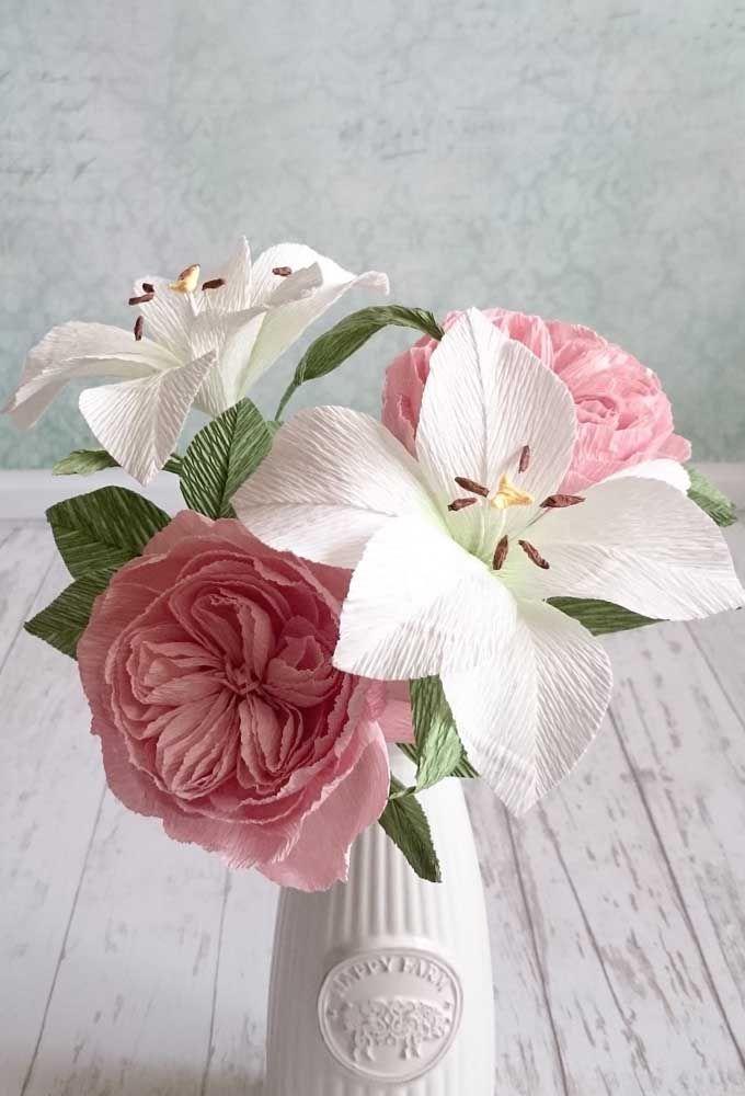 O vaso solitário recebeu um mix incrível de flores artificiais lindíssimas. Não parece que são naturais?
